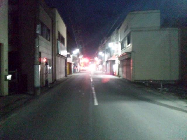 電気が復旧し、街灯が点る自宅前の通り