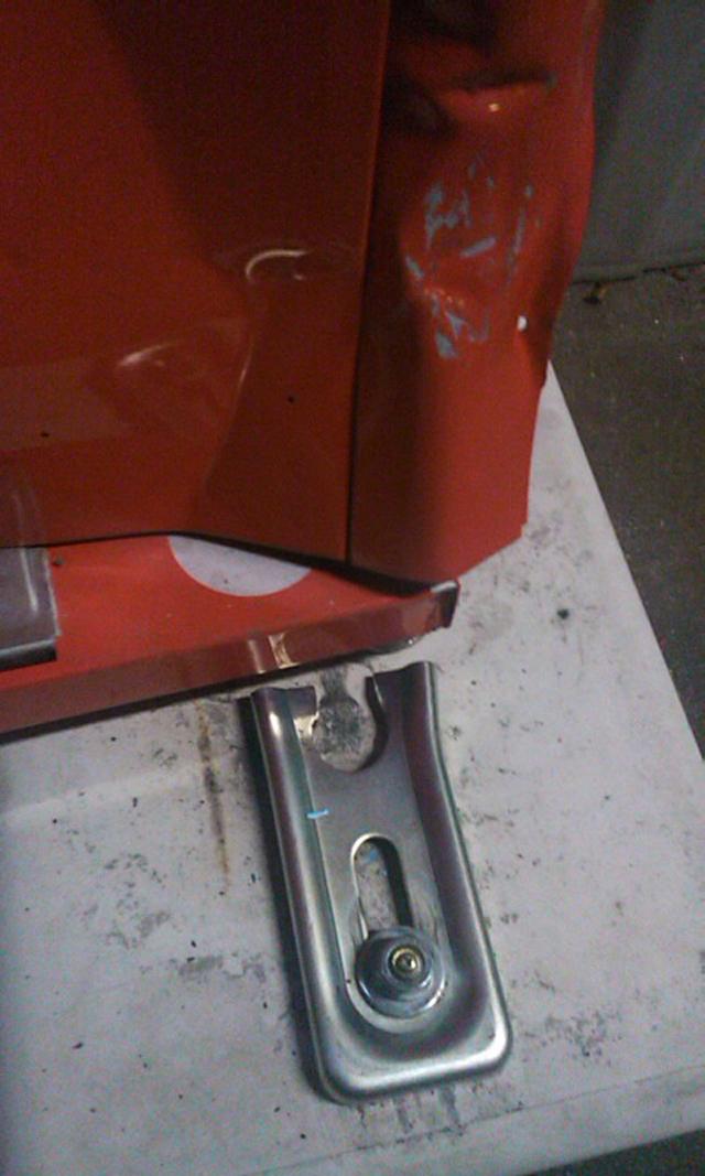 転倒防止の金具が壊れた自動販売機