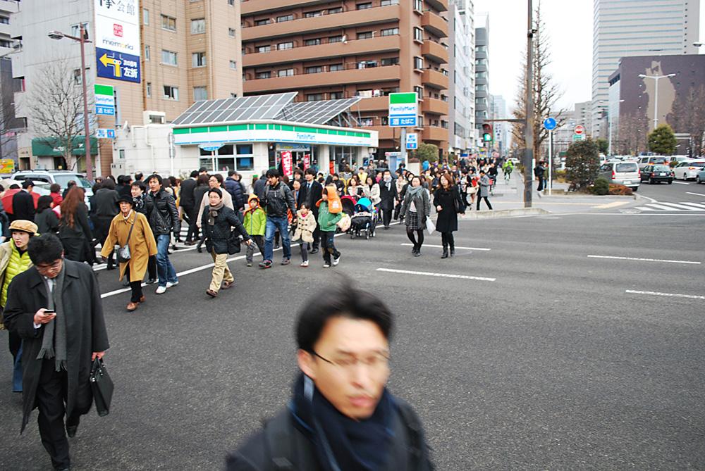 地震直後の東二番丁通(五橋)を歩く人々