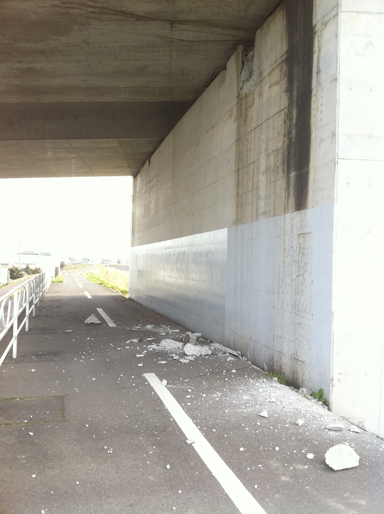 2011年4月8日宮城野大橋の七北田川右岸橋脚下自転車道。4月7日余震によるブロック隗落下