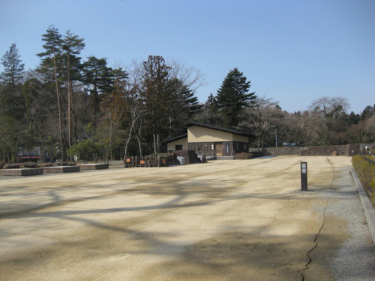 地面に亀裂が走っている仙台城址広場