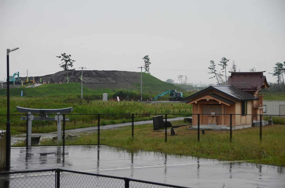 五柱神社の周囲の盛り土