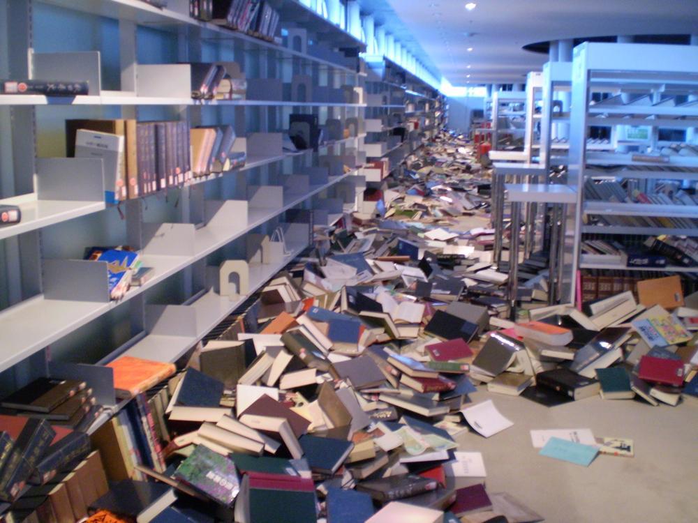 書棚から落下した本