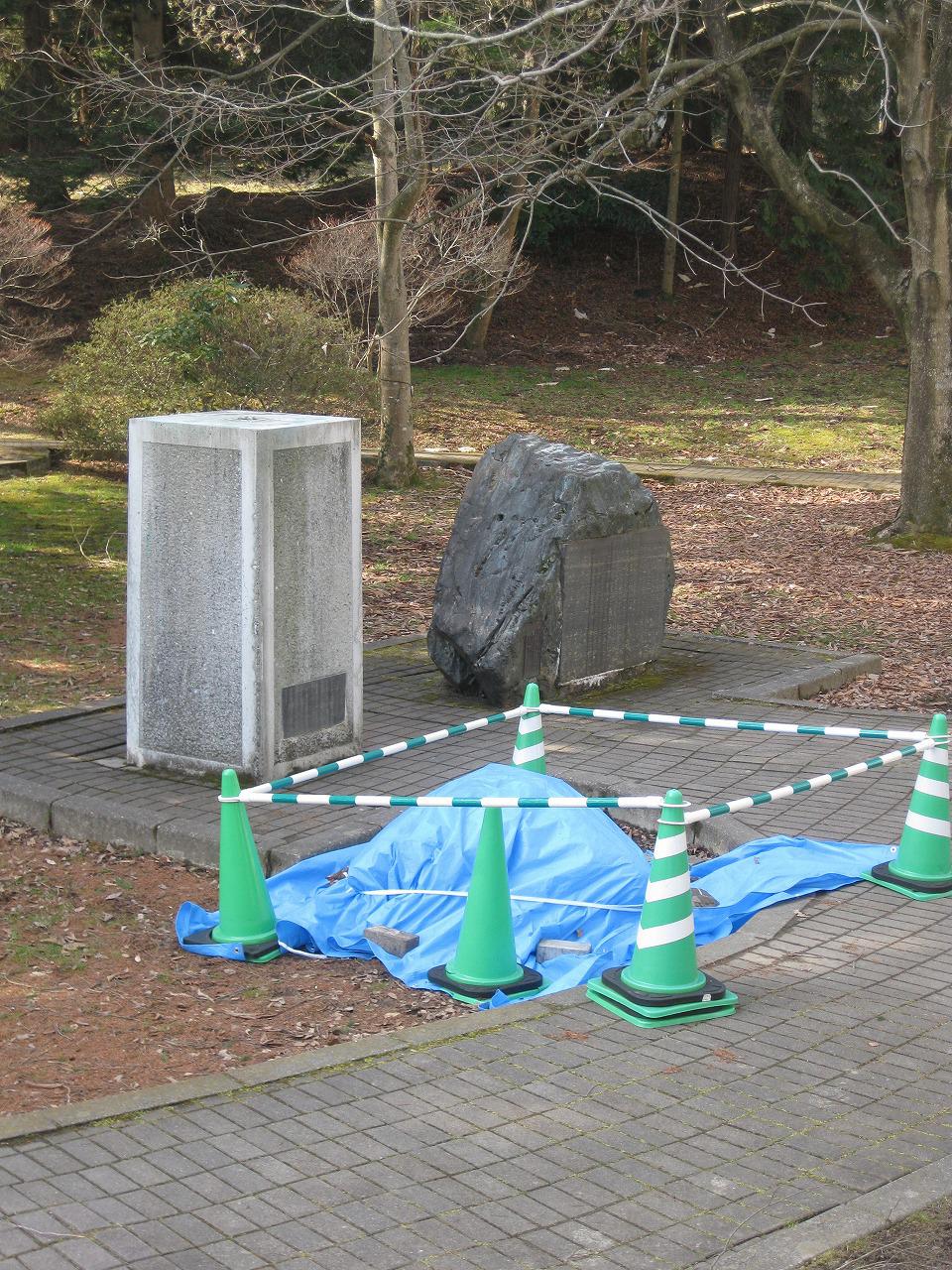 地震で落下した政宗公胸像がブルーシートに覆われる