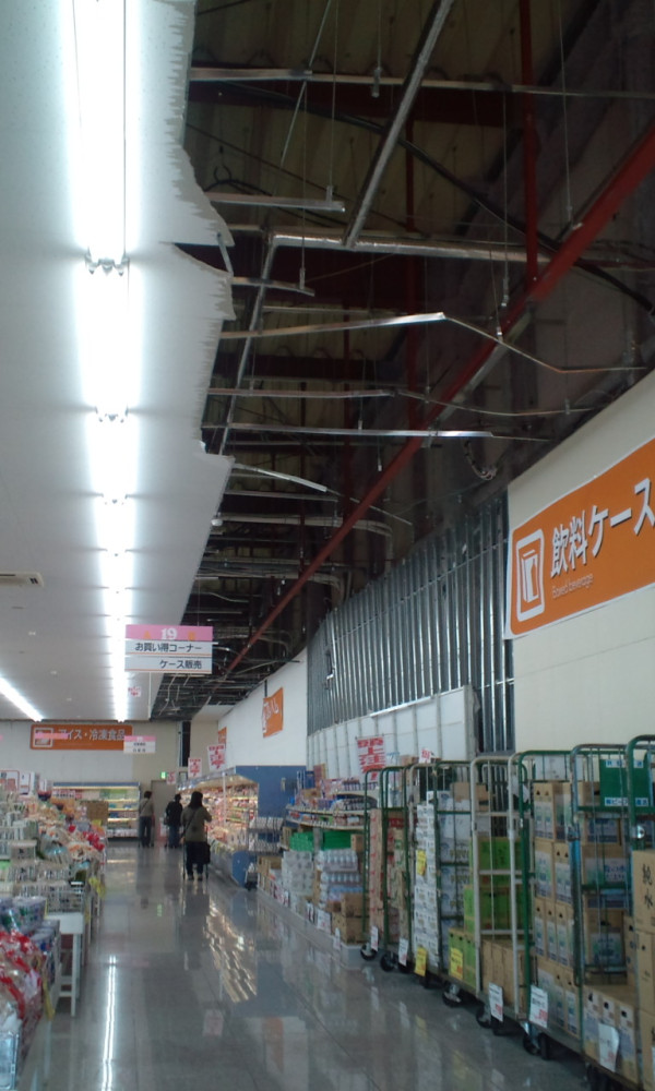 天井が崩落したまま営業しているカワチ薬局