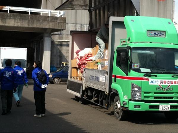 2011年3月23日仙台青年会議所が卸町で救援物資の積み込み中