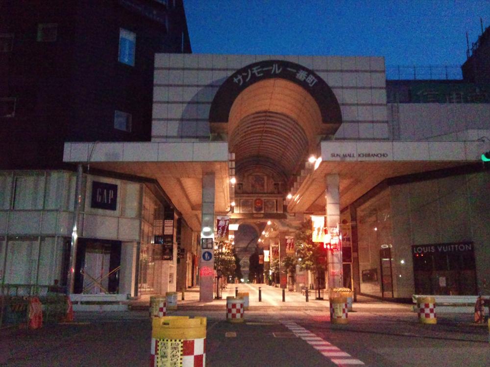 地震で停電し非常灯がついた商店街