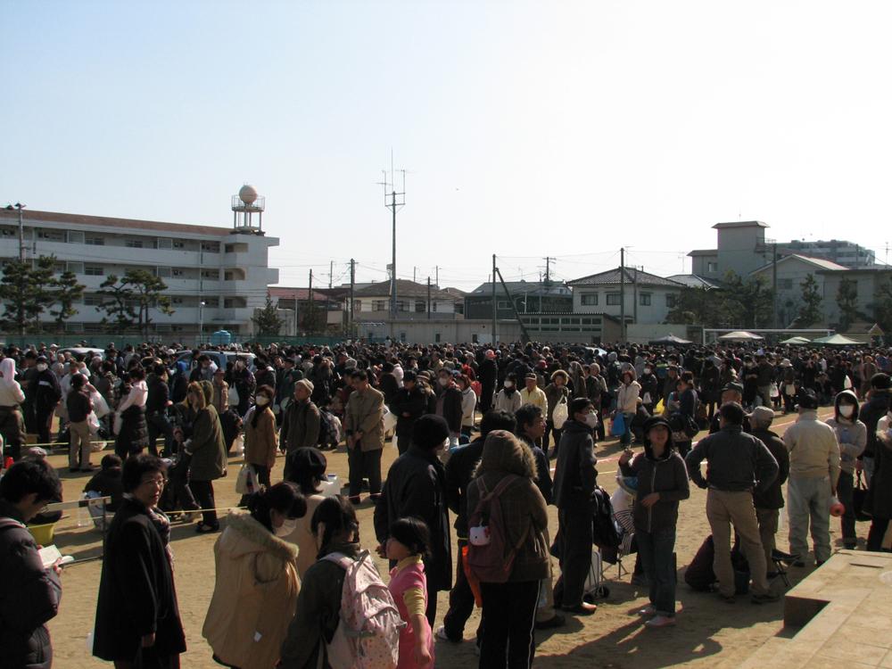 避難所の東仙台中学校で給水を求め、6時間の列