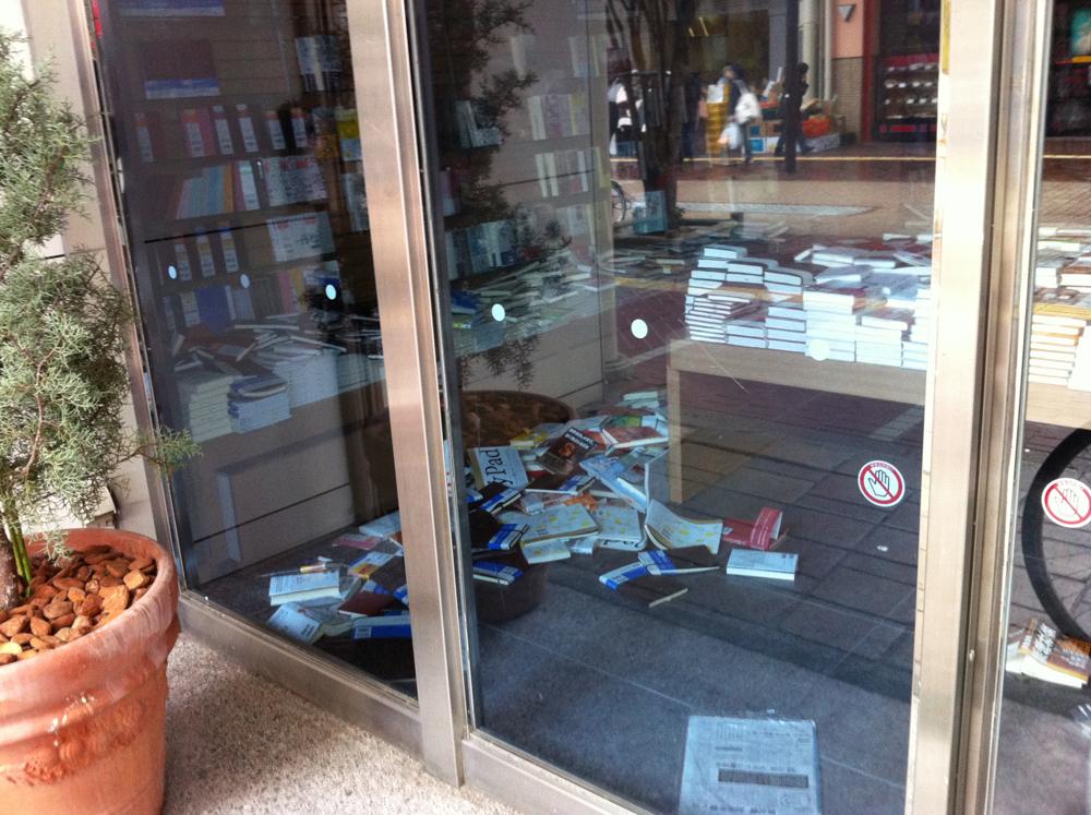 本が散乱したままの書店