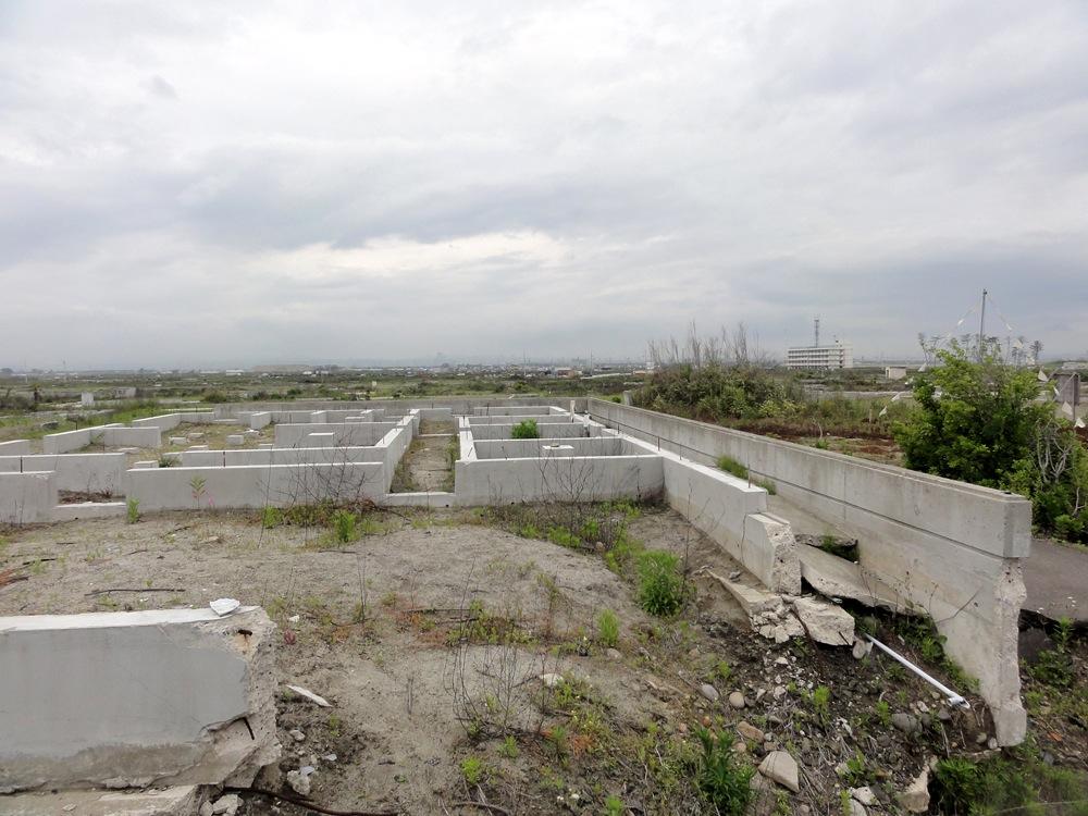 基礎だけが残された住宅