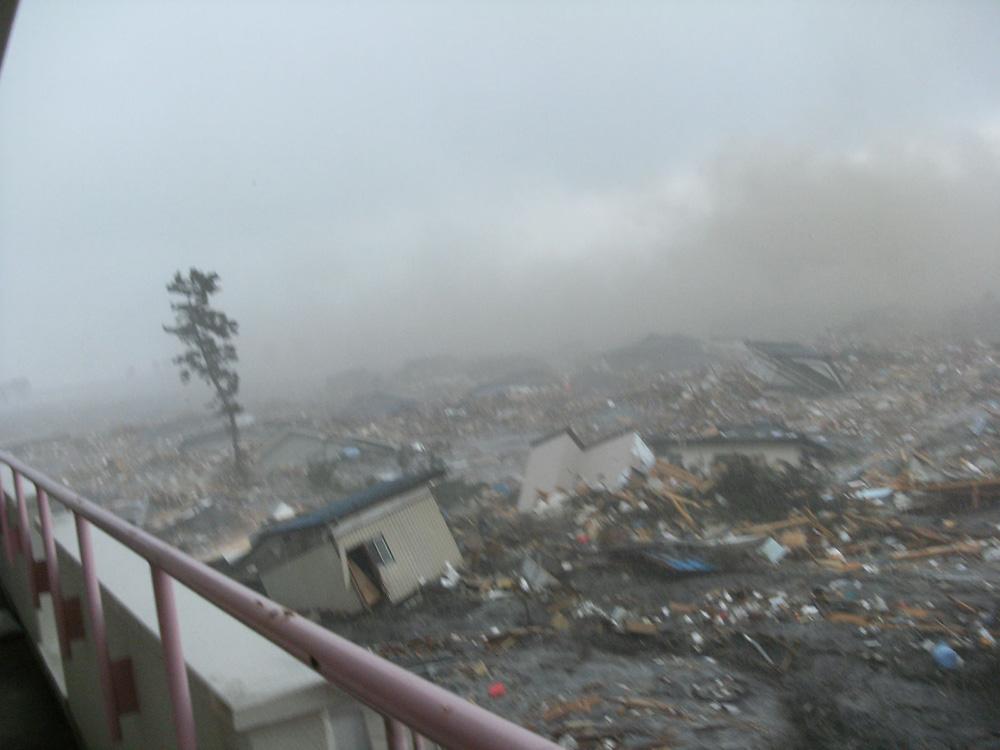小学校に押し寄せる津波