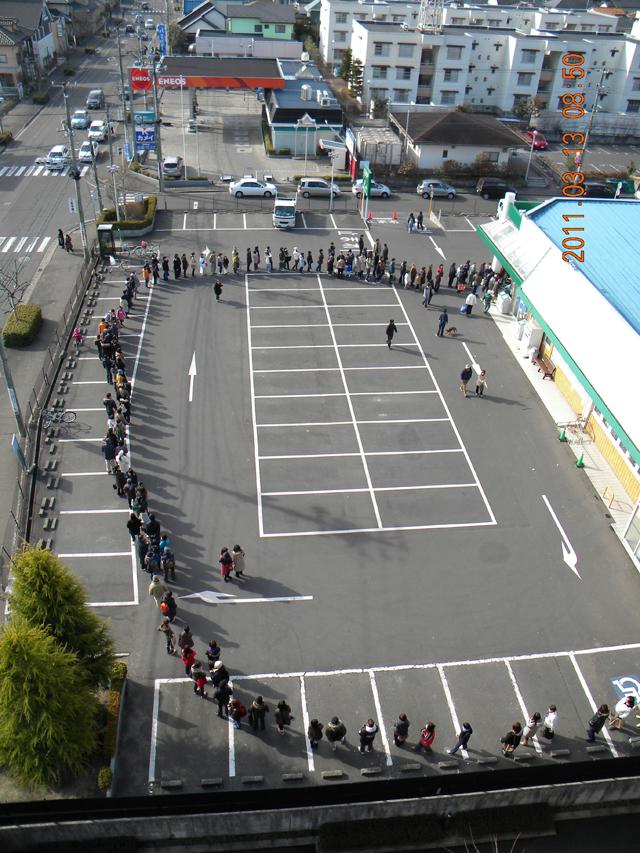 スーパーの行列 2011年3月13日 08時50分