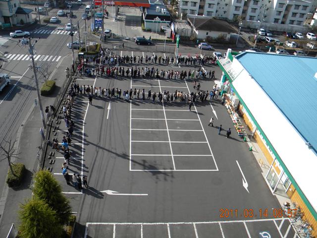スーパーの行列 2011年3月14日 08時57分