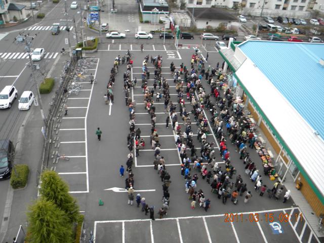 スーパーの行列 2011年3月15日 09時11分