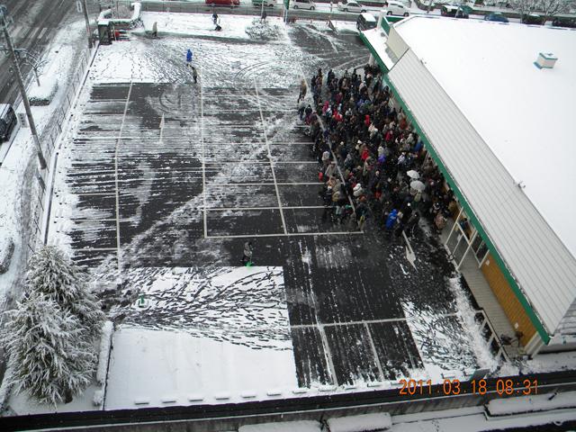 スーパーの行列 2011年3月18日 08時31分