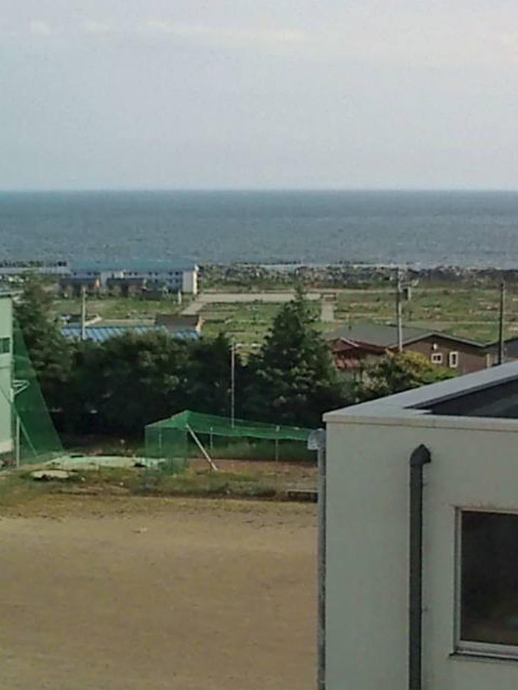 2011年8月10日 宮城県石巻市日和が丘2丁目11-8 校舎4階から石巻湾を望む