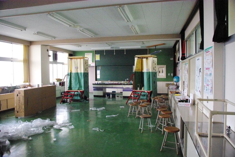仮設トイレが設置された理科室