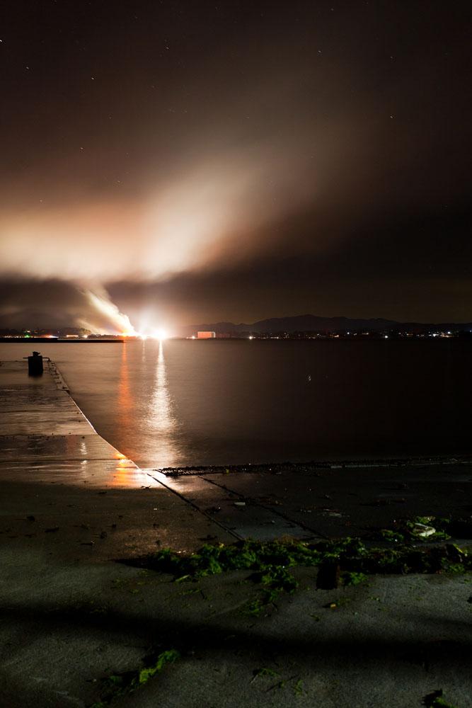 対岸のがれき置き場の火災