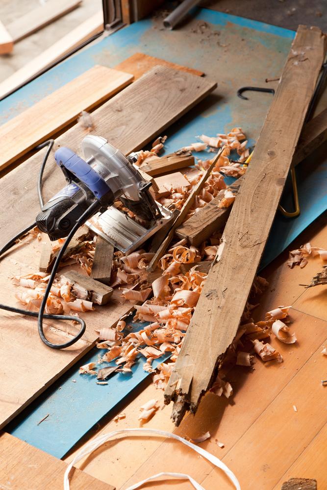 修理中の床板