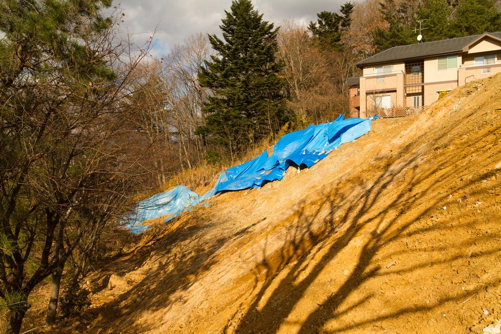 ブルーシートで覆われた崖