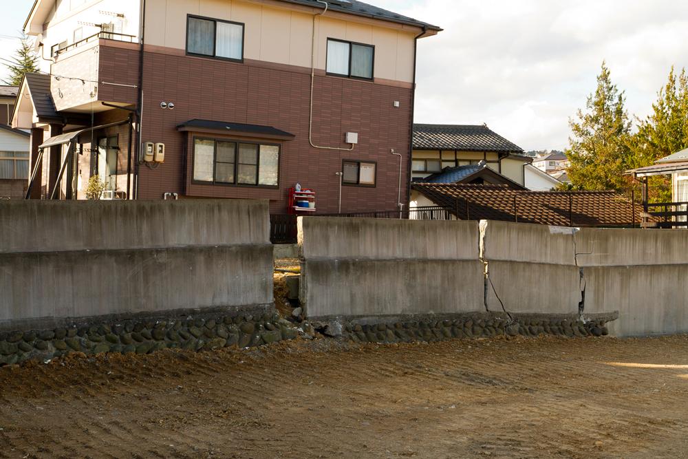 塀が波打ち壊れている