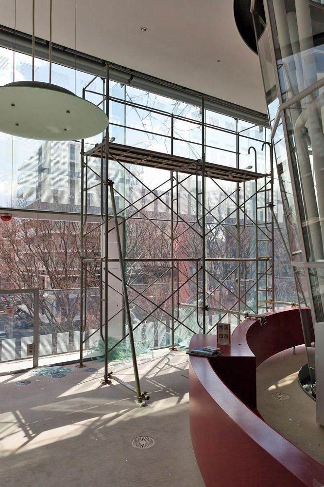 3階南面の破損したガラス