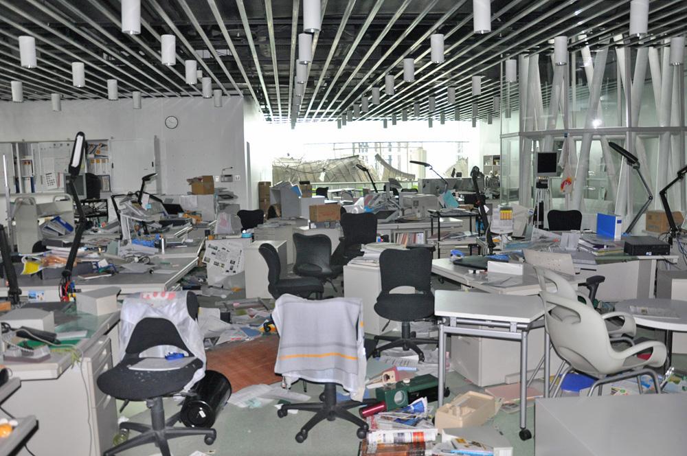 物が散乱したオフィス