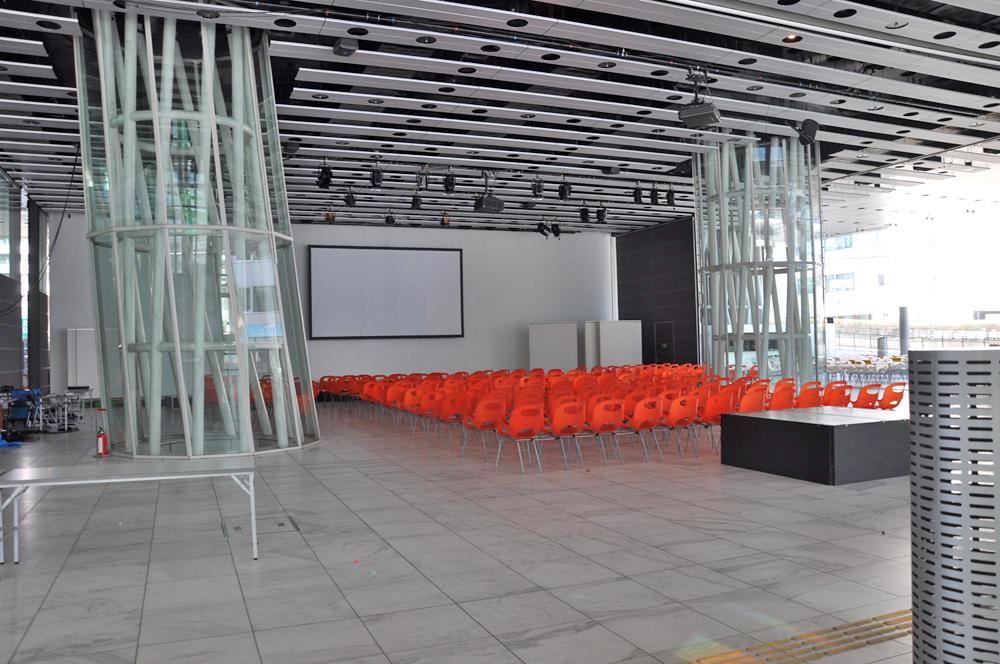 椅子が整然と並ぶオープンスクエア