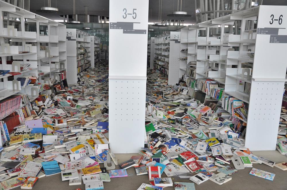 棚から本が落下した図書館の様子