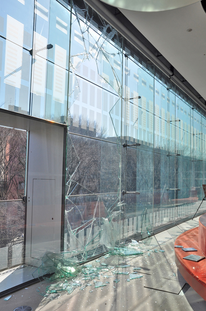 割れた定禅寺通側の大ガラス