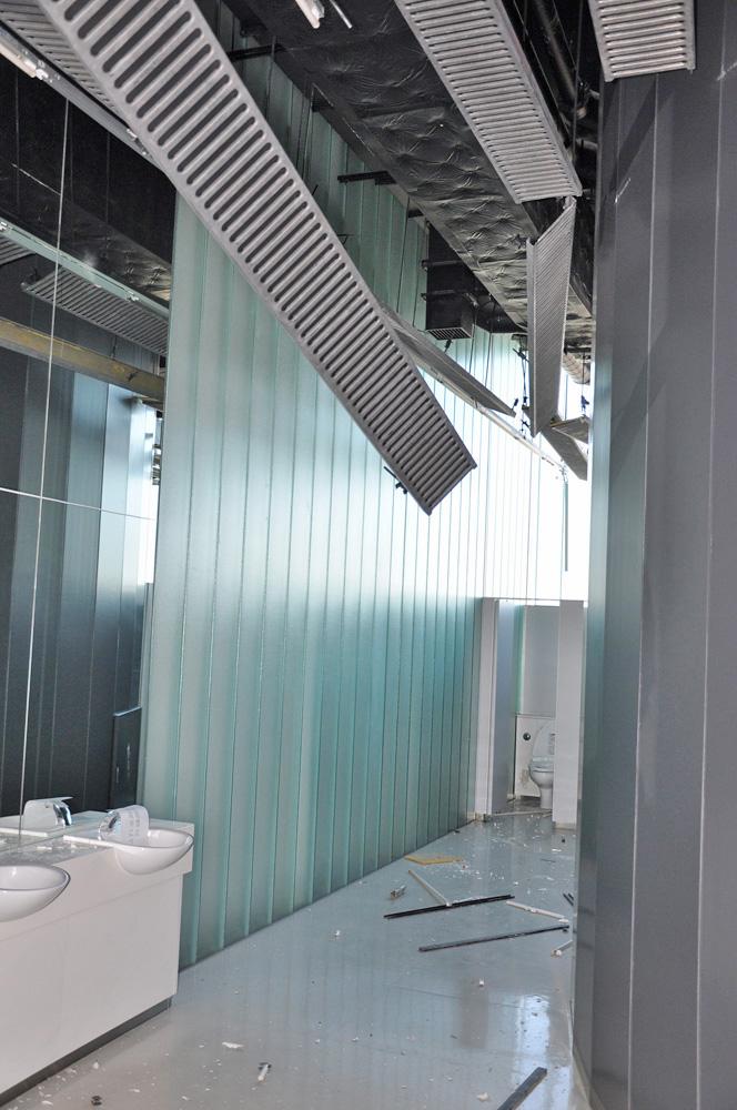 天井が落下したトイレ