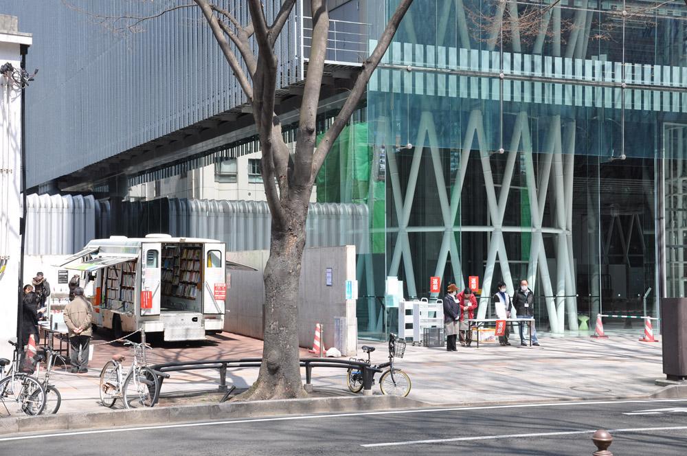 移動図書館車による臨時窓口を開設