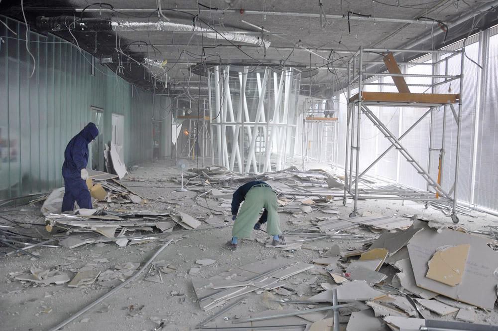 破損した7階天井の取り外しから撤去作業
