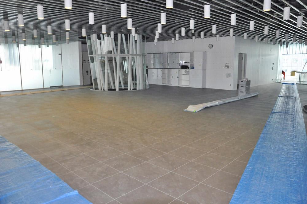 天井と床が張り替えられたオフィス