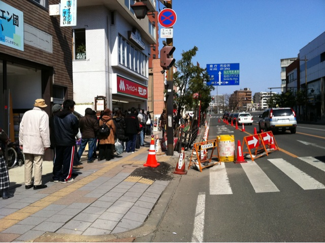 2011年3月13日長町のモリヤ前。道路と歩道の境が盛り上がる