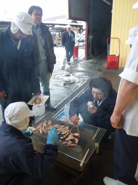 停電で保存できないため、仙台牛を焼いて食べる