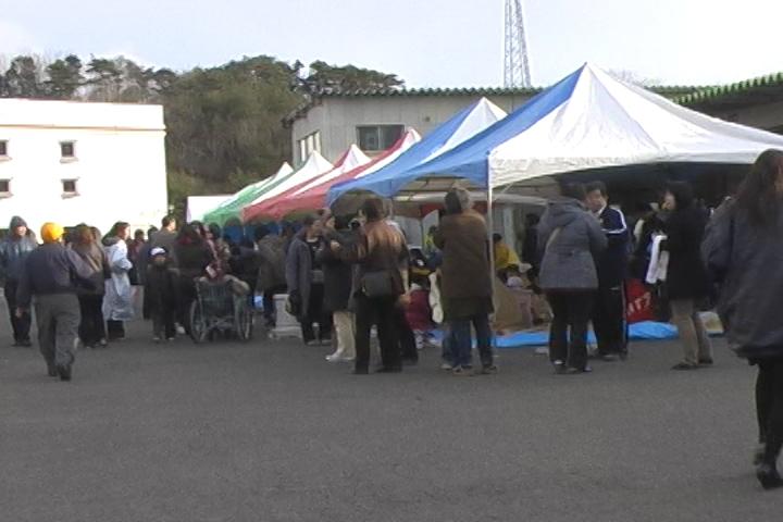 山元町役場外に設置されたテントで休む人々