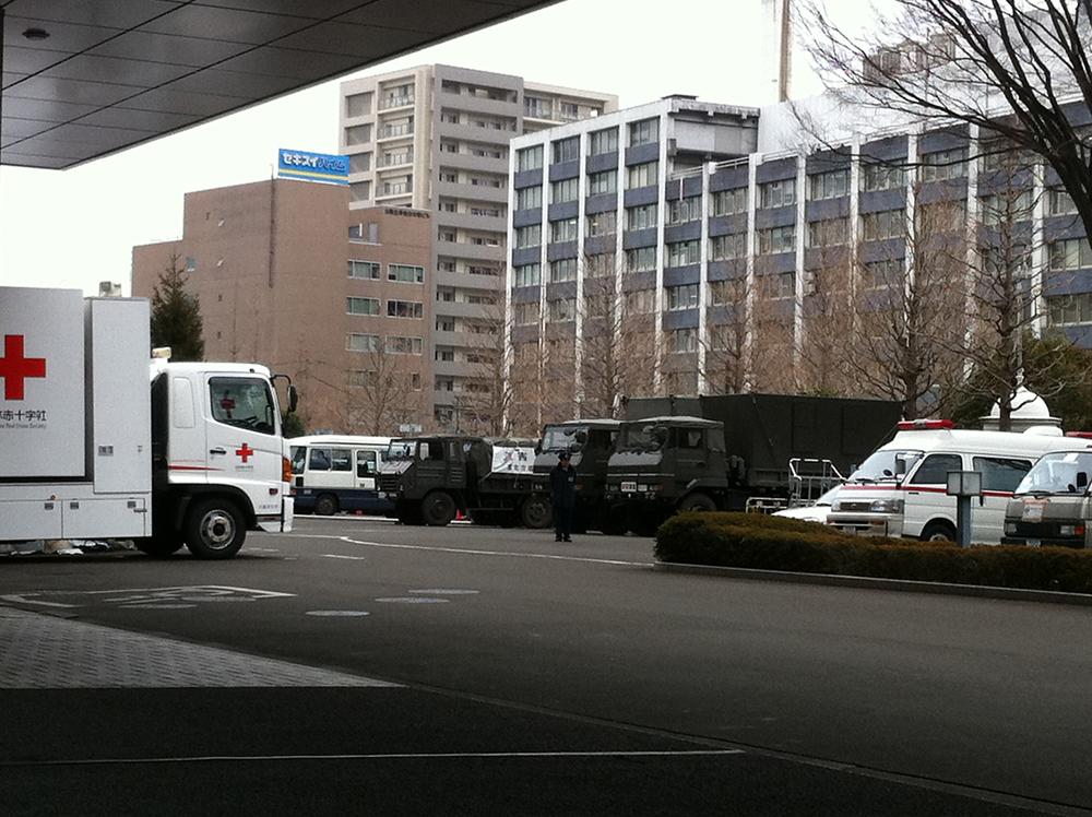 緊急車両や自衛隊車が停まる宮城県庁