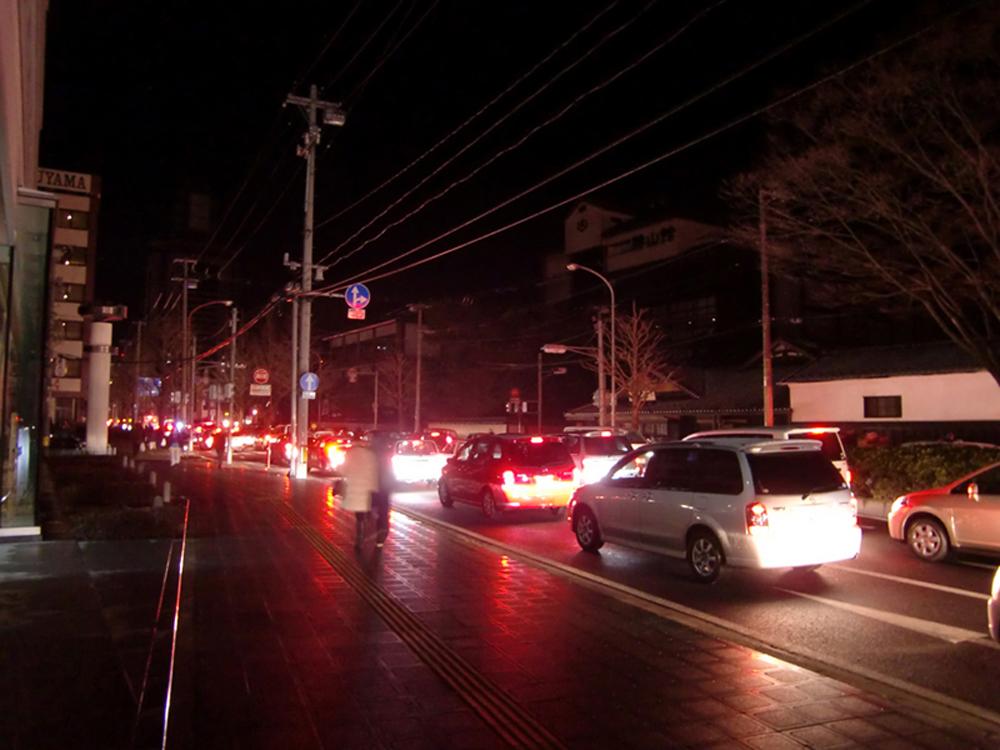 信号が消えて渋滞中の愛宕上杉通