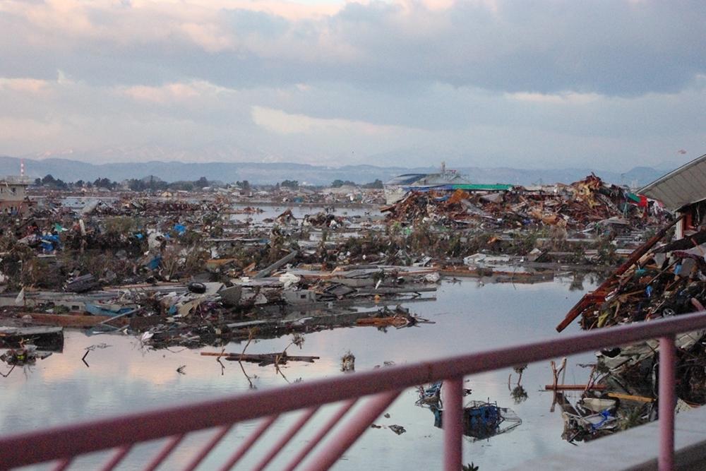 仙台市立荒浜小学校定点観測写真16〈校舎から南側住宅...