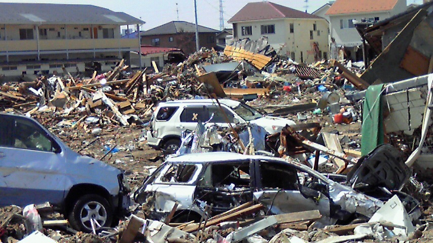 周辺は瓦礫・車が山積み