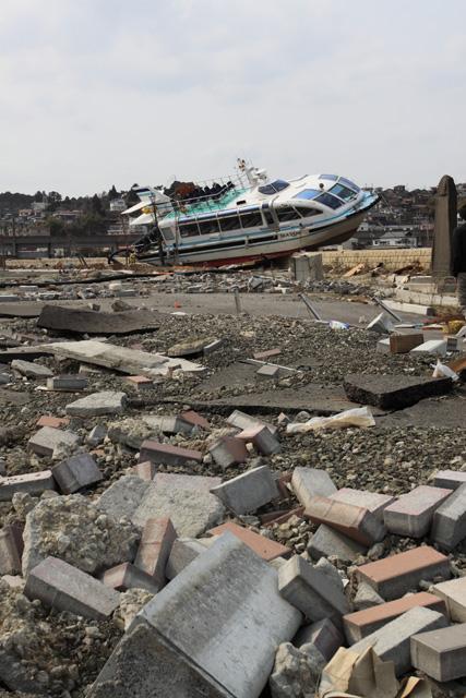 マリンゲート塩釜の西側駐車場に打上げられた船