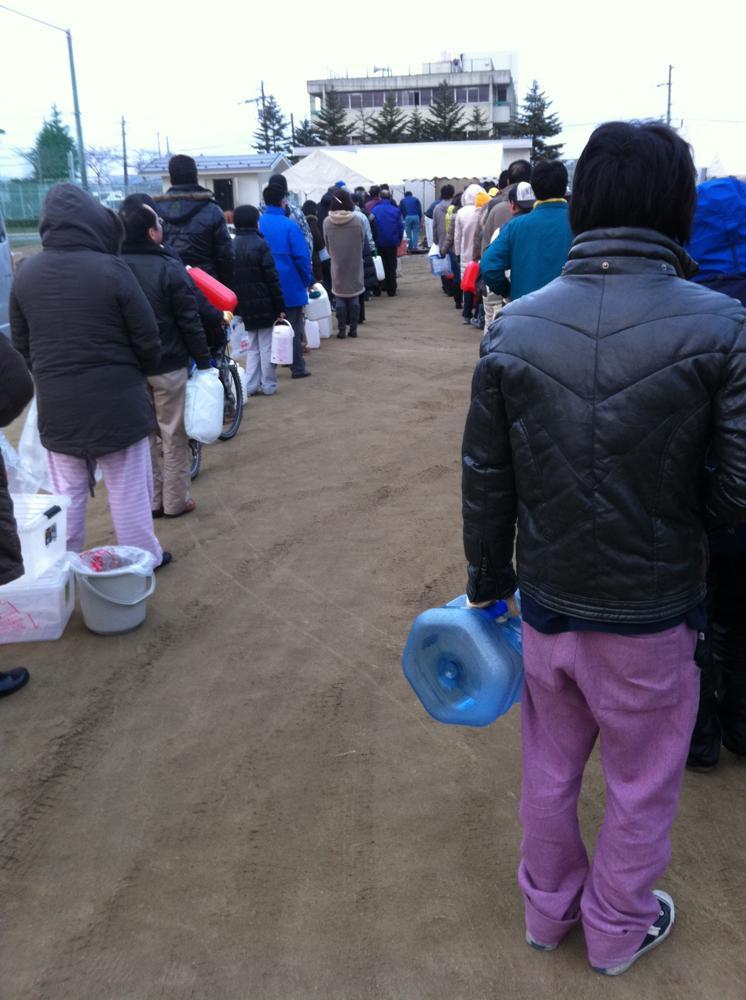 給水に並ぶ人