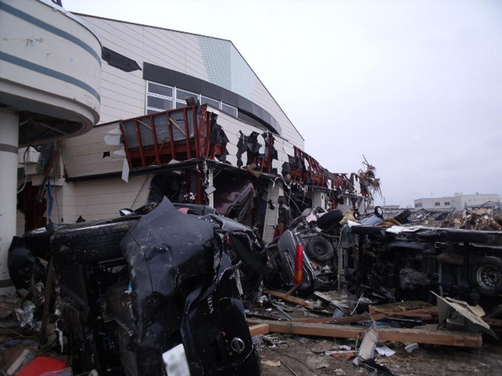 中野小学校_10_津波によって被災物が押し寄せた体育館