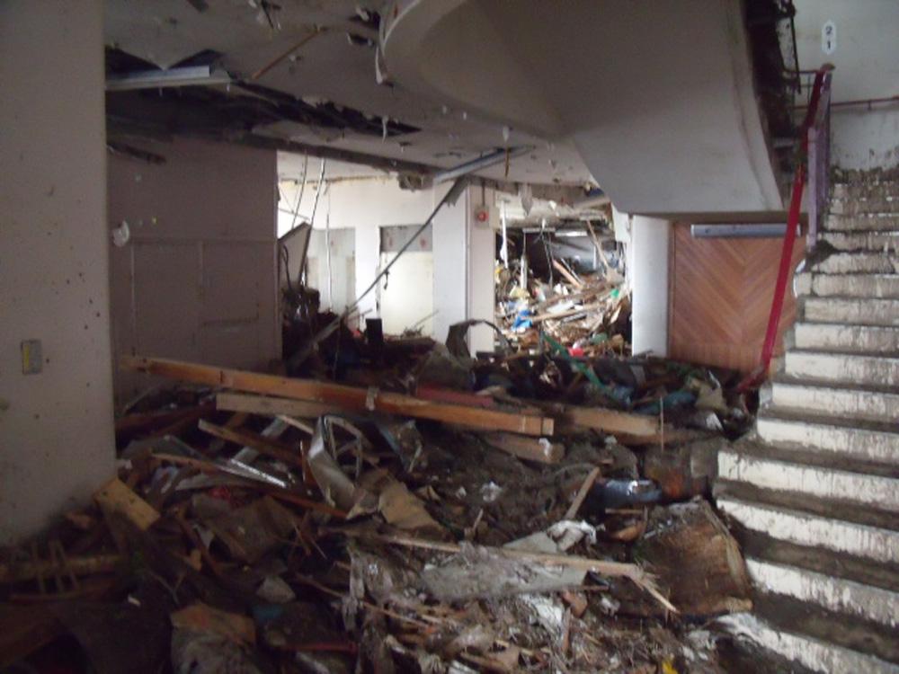 中野小学校_4_校舎1階の内部に入り込んだ被災物